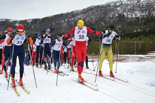 Startfeltet i Tverrfjelldilten 2014. I fremste rekkje Asgeir Årdal, André Haugsbø og Roger Lillestøl. Foto: Margunn Hjelmeset.