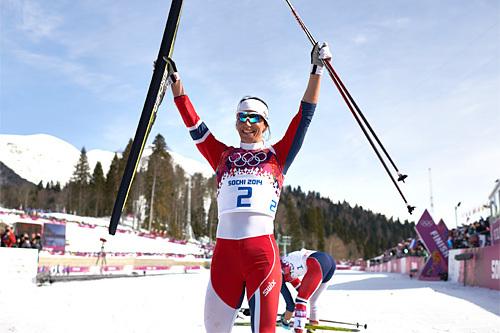 Marit Bjørgen jubler etter å ha sikret seg seieren på 3-mila fellesstart under Sotsji-OL 2014. Foto: NordicFocus.
