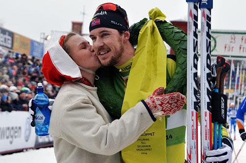 John Kristian Dahl får seierskysset av kranskullan Lisa Englund etter at han vant Vasaloppet 2014. Foto: Madshus.