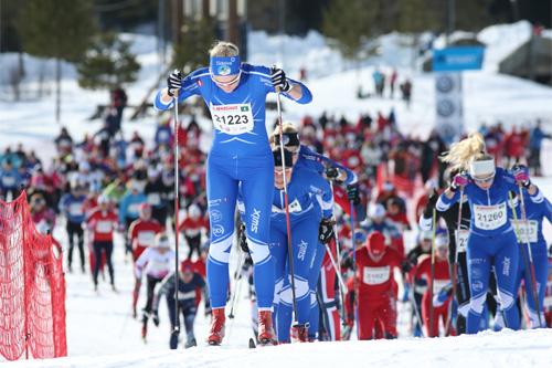 Ine Løvlien fra Lillehammer Skiklub i front på vei ut fra starten på 15 kilometer i Ingalåmi 2014. Foto: Geir Olsen/Ingalåmi/Birken.