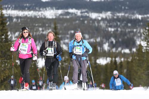 Deltakere i FredagsBirken 2014 på vei mellom Rena og Lillehammer. Selve Birkebeinerrennet dagen derpå ble avlyst grunnet vind og snøfokk. Foto: Geir Olsen/Birken.