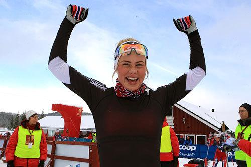 Silje Theodorsen jubler over seier i eldste klasse under junior-NM på Mo i Rana 2014. Distansen var 5 kilometer i fri teknikk. Foto: Erik Borg.