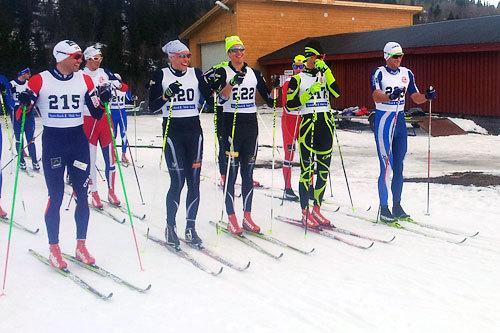 Like før start i Kjerringklumprennet 2014. Fra venstre: Niklas Dyrhaug (215), Tomas Northug (i rekke nr, 2), Andreas Myran Steen (220), Kristian Tettli Rennemo (22), Andres Tettli Rennemo (217) og Petter Northug (223). Arrangørfoto.