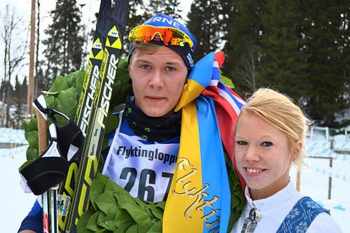 Juniorvinner i Flyktningerennets korte løype, Ole Jørgen Bruvoll, Lierne IL, sammen med kransjente Malin Andersson. Foto: Karl Audun Fagerli/Flyktningerennet.