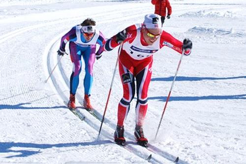 Pål Golberg i front og like bak følger Petter Northug i Hemsdalsrennet 2013. Arrangørfoto.