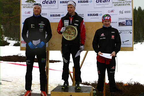 Seierspallen for herrer i Knarren Rundt 2014: f.v. Runar Skaug Mathisen (2), Petter Rinde Øverland (1) og Sindre Tungesvik (3). Foto: Bent Arve Bratås.