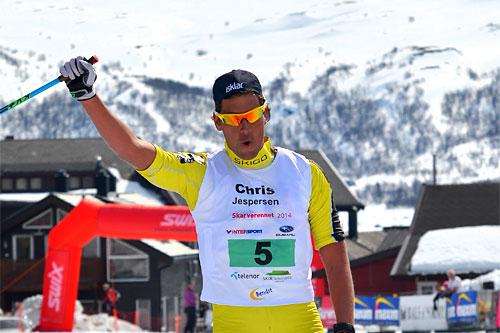 Chris Jespersen går i mål som vinner av Skarverennet 2014. Foto: Kevin Eikrehagen/arrangør.