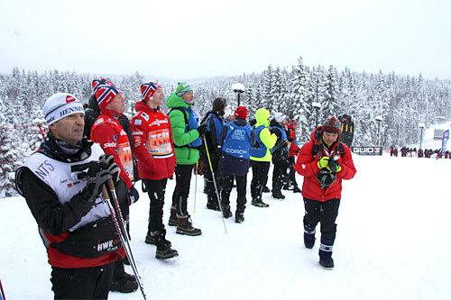 Trenere, sekundanter og støtteapparat langs sporet. Foto: Geir Nilsen/Langrenn.com.