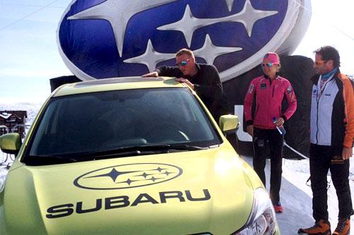 Fra venstre Subaru-vinner Erlend Jacobsen, prisutdeler Astrid Uhrenholdt Jacobsen og Stian Thrane fra Subaru Norge.