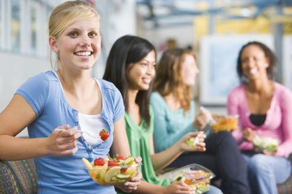 Tenåringer med skolefrukt