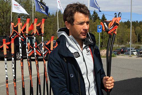 Ole Einar Bjørndalen, som har vunnet tilsammen 27 OL- og VM-gull, mener han kan gå fortere på ski med Exels kurvestaver. Foto: Erik Borg.