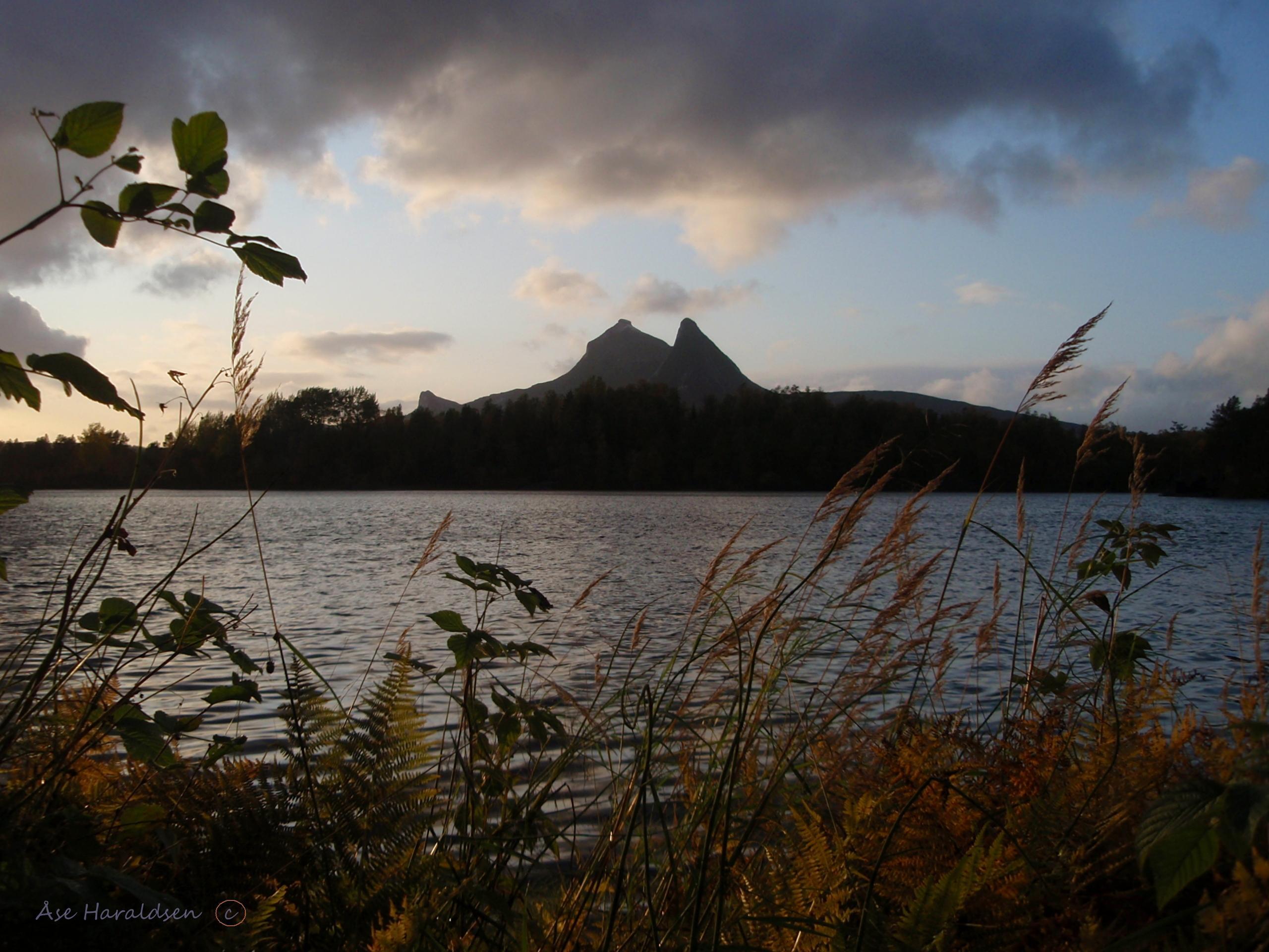 20 Åse Haraldsen, Kalvikvann høstbilde.jpg