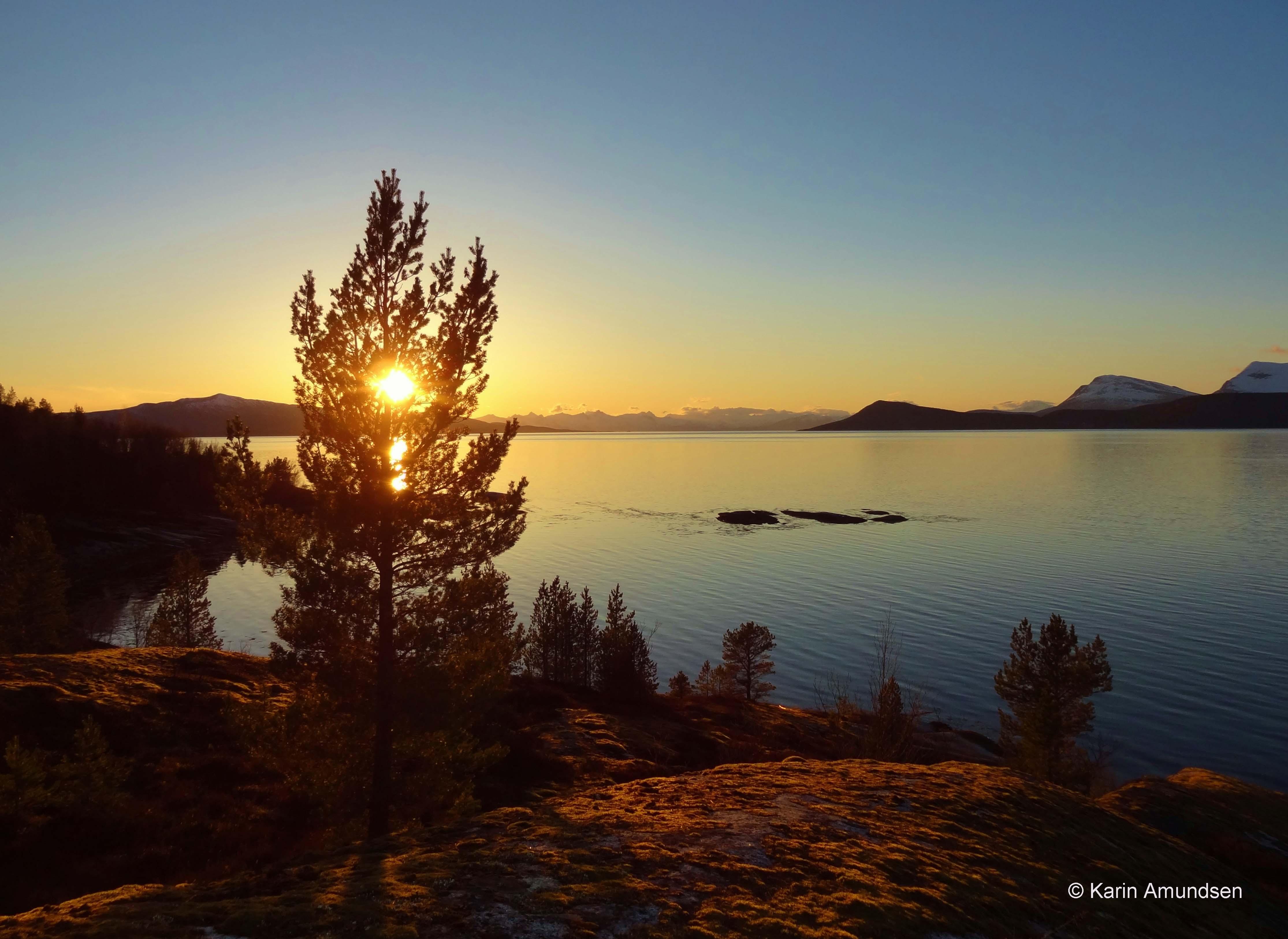 53 Karin Irene Amundsen, Solnedgang i Hundholmen.jpg
