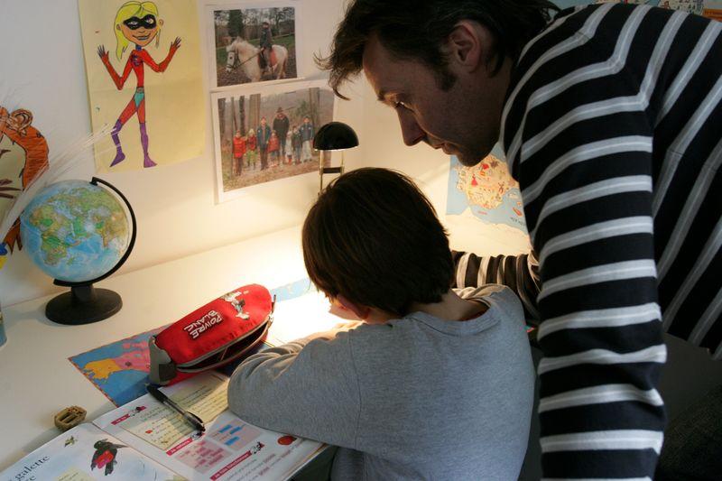 Far hjelper til med lekser