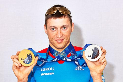 Alexander Legkov med medaljer fra Sotsji-OL 2014, blant annet gullet fra 5-mila. Foto: Nordic Focus.