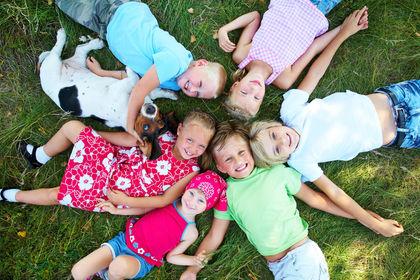 Glade barn i gresset