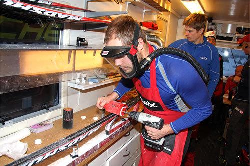Hektisk men presis bearbeiding av skisåler utføres av Swix sin racing-service under en runde av Skandinavisk Cup. Foto: Geir Nilsen/Langrenn.com.