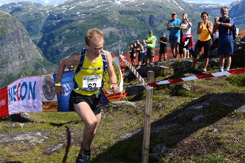 Øyvind Heiberg Sundby stormer i mål til seier i Kvasshovden Opp 2014. Arrangørfoto.