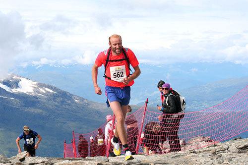 Odd-Bjørn Hjelmeset tar seg i mål på godt vis under en tidligere utgave av Skåla Opp. Foto: Jan Erik Sandbakk.