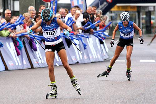 Therese Johaug sikrer seg 2. plassen foran Heidi Weng på Toppidrettsvekas åpningsrenn i Kristiansund 2014. Foto: Geir Nilsen/Langrenn.com.