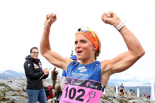 Therese Johaug jubler etter å ha vunnet det 5,3 km lange motbakkeløpet Fonna Opp på dag 2 av Toppidrettsveka 2014. Foto: Geir Nilsen/Langrenn.com.