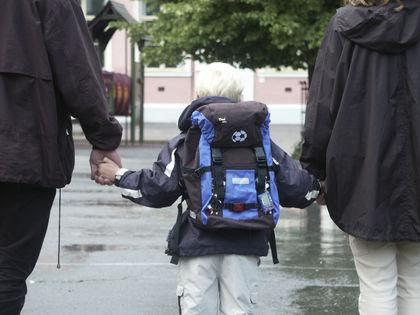 Første skoledag gutt og foreldre