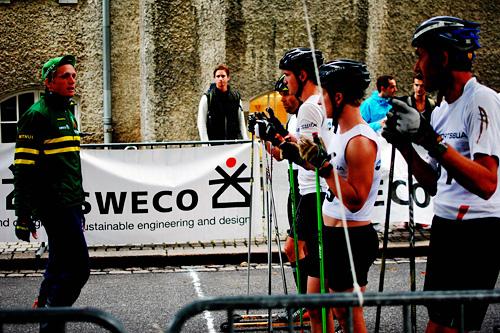 Konsentrerte seniorløpere får siste instruksjoner før start i Swecosprinten et tidligere år. Arrangørfoto.