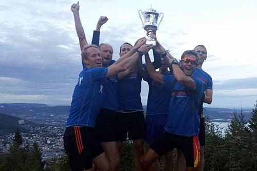 Norconsult-gutta tok hjem vandrepokalen i Drammens Råeste 2014. - En fantastisk gjeng som virkelig viste idrettsglede, sier initiativtaker Lage Sofienlund. Arrangørfoto.