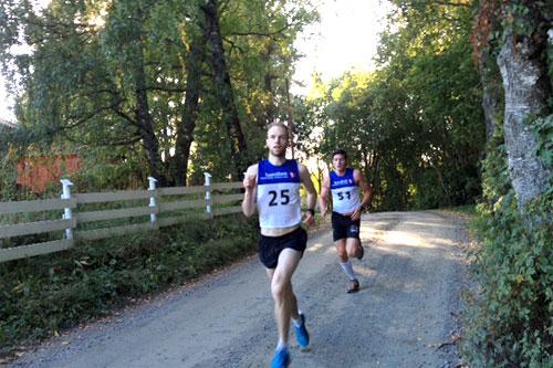 I front er vinner Tom-Erik Lukkedal og tett bak følger Eirik Sverdrup Augdal i Ringkollklyvern 2014. I mål var rekkefølgen den samme. Foto: Kirsti Kringhaug/Langrenn.com.