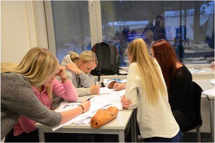 Elever som jobber i gruppe