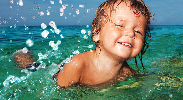 Jente bader i sjøen_Hele barnet