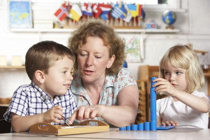 Barn og voksen i barnehage
