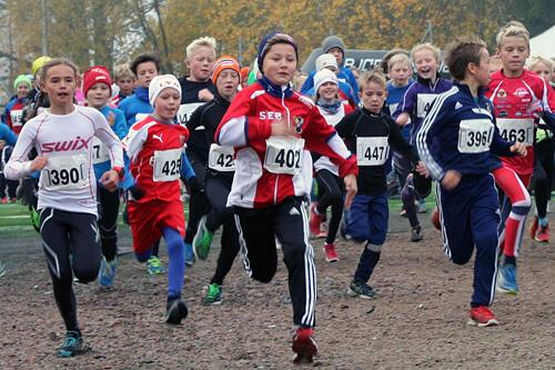 Ivrige, unge løpere på vei til skogs i en tidligere utgave av Ivar Formos Minneløp. Foto: Annik Bjørndal.