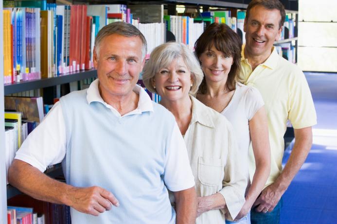 Gruppe mennesker på bibliotek