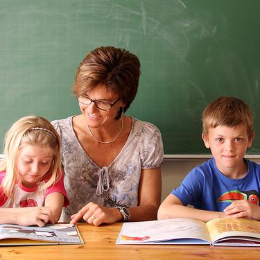 Illustrasjonsfoto, Elever som leser sammen med lærer. Foto: Karianne Moe Tøum