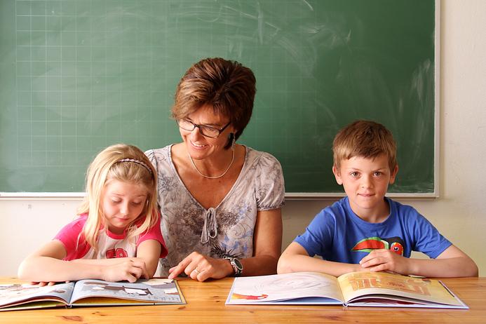 Illustrasjonsfoto, Elever som leser sammen med lærer.