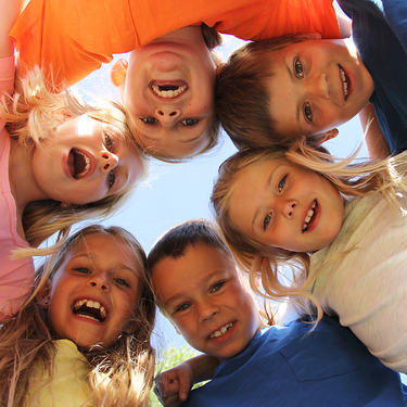 Illustrasjonsfoto barn som står i ring. Foto: Karianne Moe Tørum