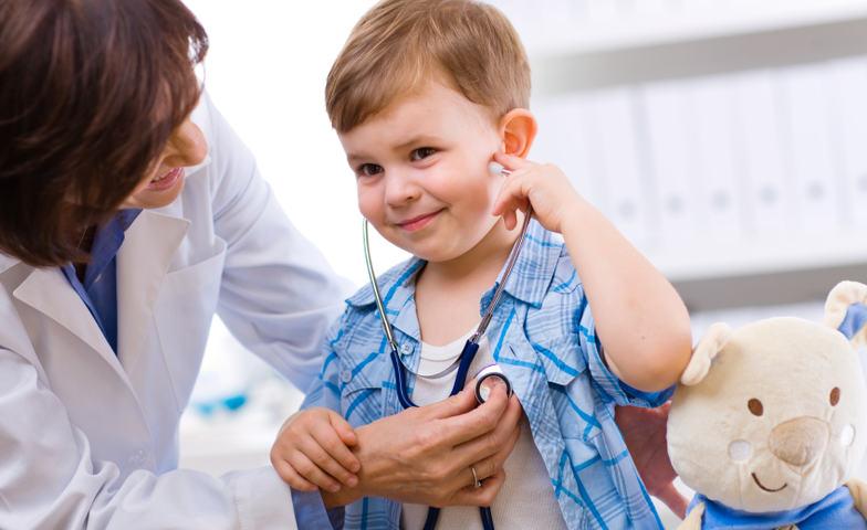 Illustrasjonsfoto legevakt; barn og lege