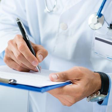 Illustrasjonsfoto lege skriver i journal
