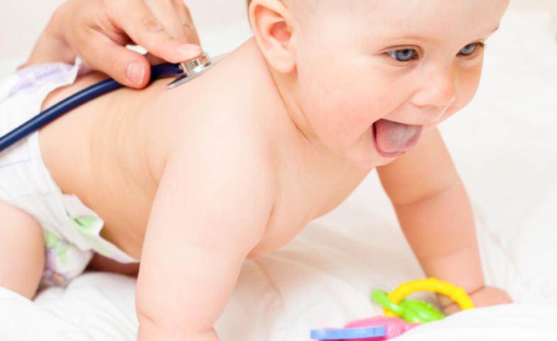 Illustrasjonsfoto helseundersøkelse baby lege