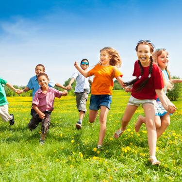 Fysisk aktivitet og barn som løper på eng