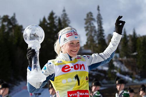 Kaisa Mäkäräinen med trofeet som viser at hun vant verdenscupen i skiskyting sammenlagt i 2013/2014-sesongen. Foto: Manzoni/NordicFocus.