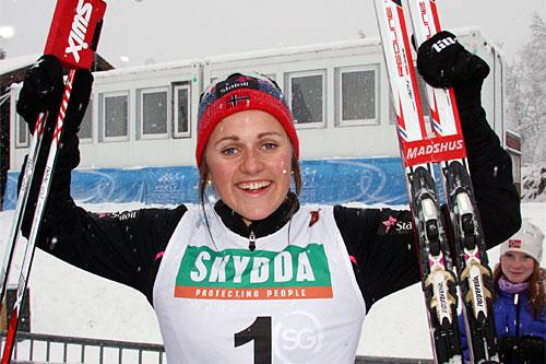 Barbro Kvåle jubler etter å ha vunnet sprinten i Beitosprinten 2014 i tett snøvær. Foto: Geir Nilsen/Langrenn.com.