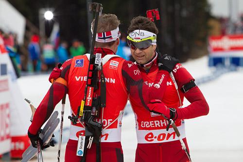 Emil Hegle Svendsen og Ole Einar Bjørndalen i forbindelse med verdenscup i Oberhof. Foto: Manzoni/NordicFocus.