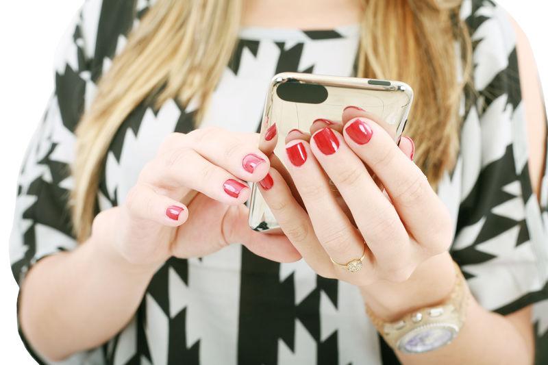 Jente med mobil og neglelakk