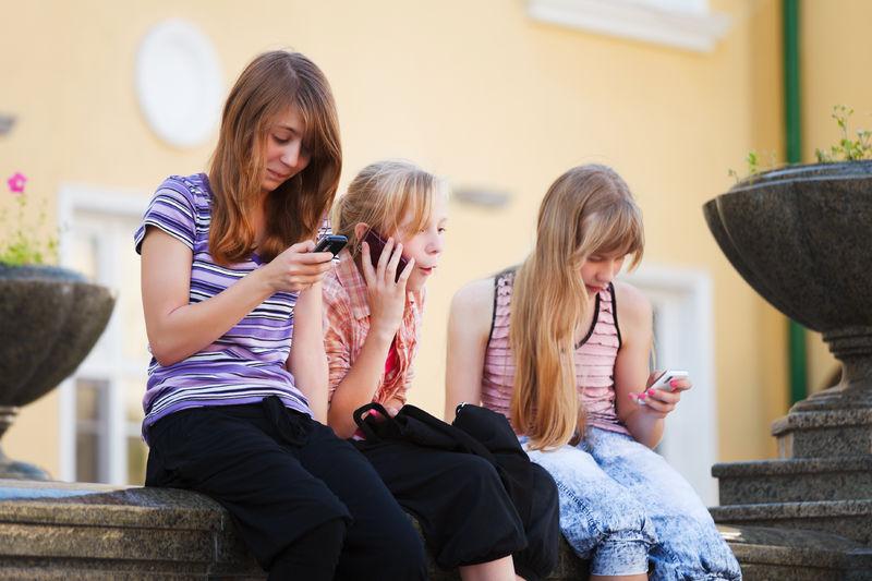 Jenter med mobiler