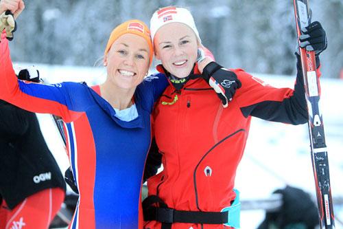 Maria Strøm Nakstad (til venstre) fra Byaasen Skiklub og Anne Kjersti Kalvå, Lundamo, etter å ha gått inn til 1. og 6. plass på 10 km fristil i Skandinavisk Cup på Lillehammer like før jul 2014. Foto: Erik Borg.