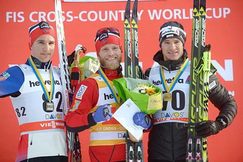 Seierspallen på 15 km klassisk i Davos 2014. Fra venstre: Didrik Tønseth (2. plass), Martin Johnsrud Sundby (1), Dario Cologna (3). Foto: Rauschendorfer/NordicFocus.
