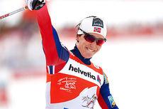 Marit Bjørgen jubler over utklassingsseier på den 10 km lange jaktstarten på 2. etappe i Oberstdorf under Tour de Ski 2015. Foto: Felgenhauer/NordicFocus.