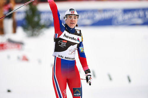Heidi Weng spurtslo Ingvild Flugstad Østberg i kampen om andreplassen bak Marit Bjørgen på tredje etappe i Tour de Ski 2015 der sprint i sveitsiske Val Müstair sto på programmet. Foto: Felgenhauer/NordicFocus.